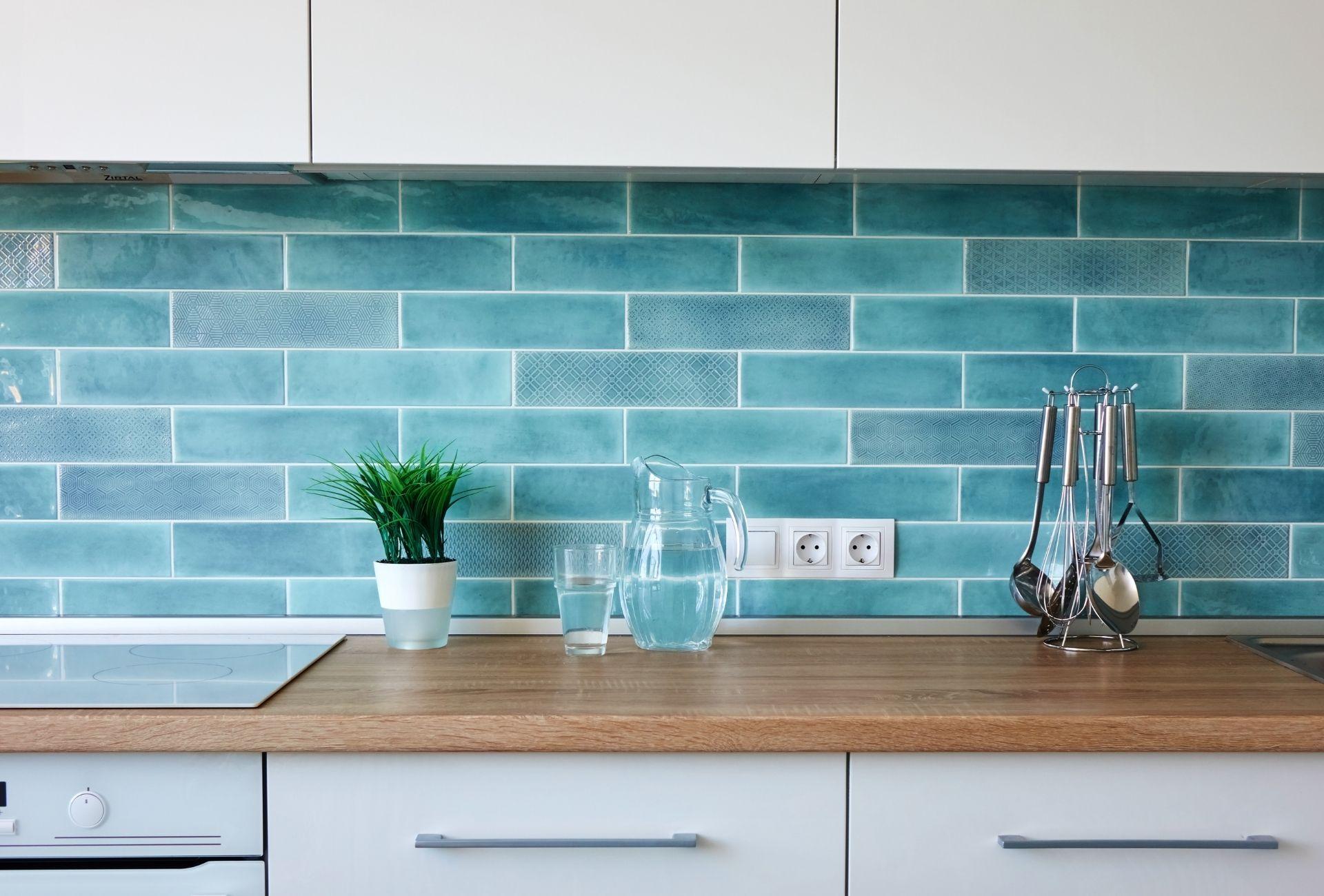 kleine keuken vrolijke tegels
