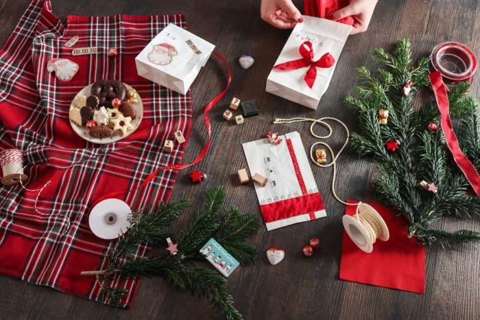 Die Tüten können auch mit Geschenkpapier oder -bändern dekoriert werden