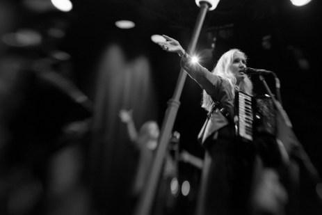 17 Hippies auf der Bühne des Hafensommer Würzburg    Foto: Ulf Cronenberg, Würzburg