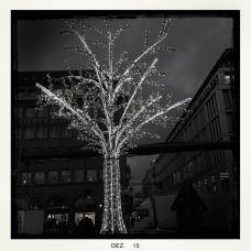 beleuchteter Baum im Advent, Kreuzung Friedrichstraße - Unter den Linden    © Ulf Cronenberg, Würzburg