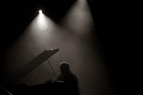 Alfio Origlio am Klavier in Schwarzweiß || Foto: © Ulf Cronenberg, Würzburg