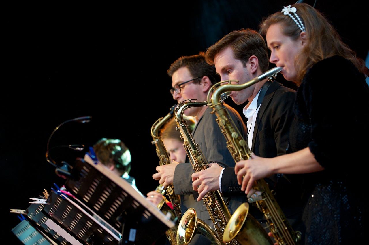 Die Saxophon-Fraktion der Monika Roscher Bigband, Würzburger Hafensommer 2013 // Foto: © Ulf Cronenberg