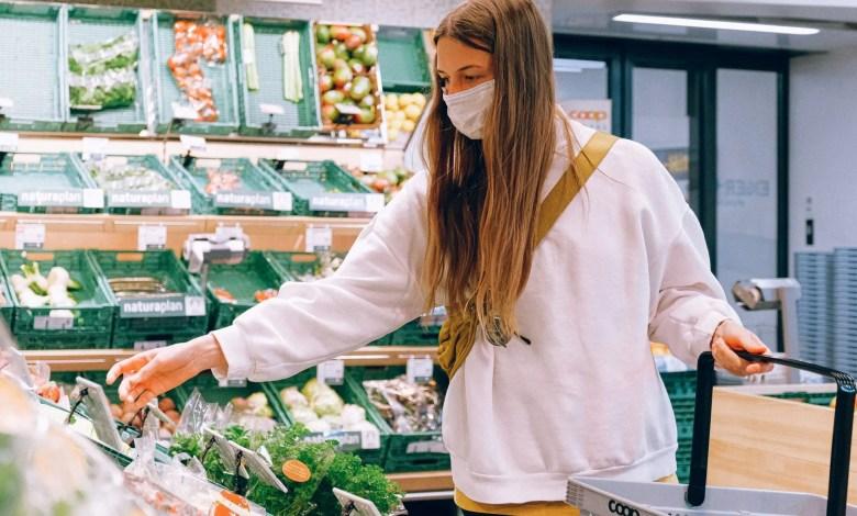 donna fa la spesa in un supermercato durante la pandemia