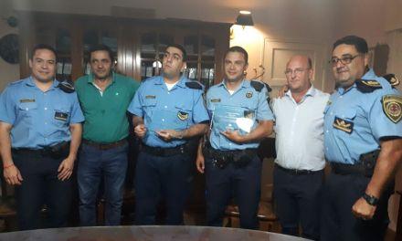 Reconocimiento del municipio hacia dos policías