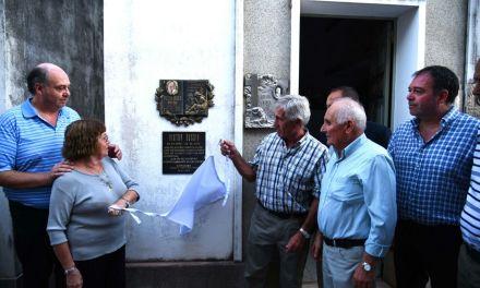 Descubrimiento de placa en el cementerio homenaje a Bocha Bossio