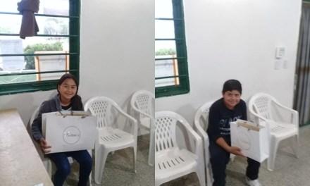 Entrega de uniformes a becados en el SUM de Barrio Argentino