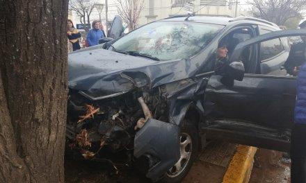 ACCIDENTE- Por el fuerte impacto terminó sobre la vereda