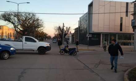 Colisionaron una camioneta y una moto en el centro