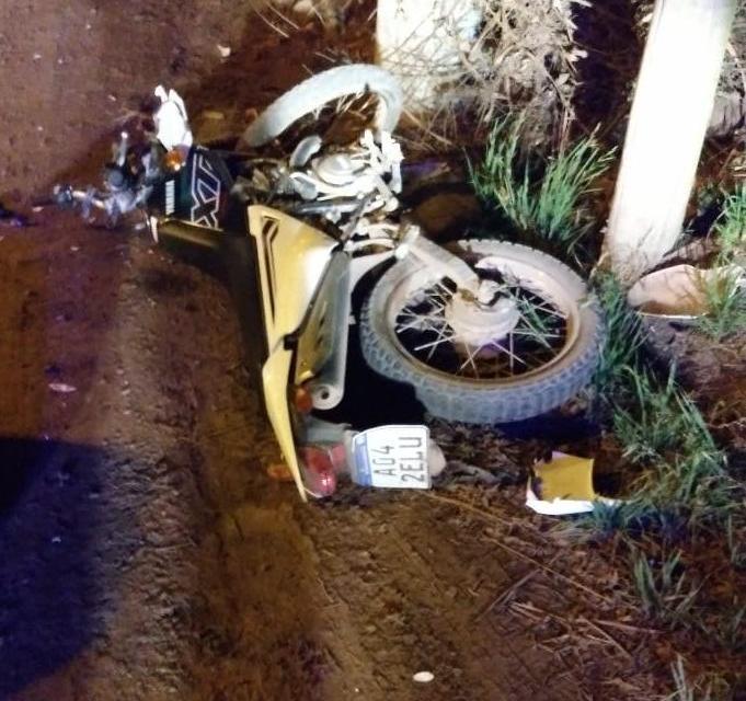 Chocó contra un poste de luz en su moto
