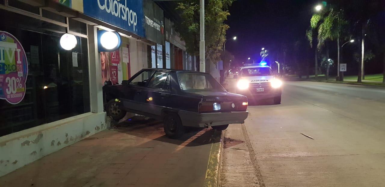 Automóvil se incrusta en el local de una pinturería ubicada sobre Ruta Nacional 158