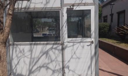 En la vereda del hospital colocaron un «Consultorio febril»