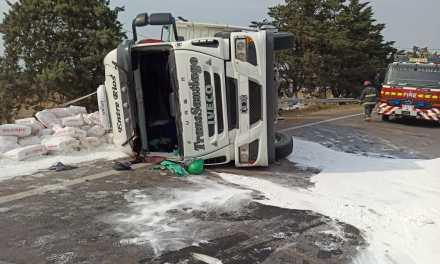 Vuelco de camión en acceso sur de Las Perdices