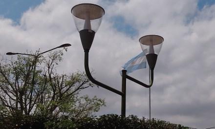 Cambian luminarias en la plaza central
