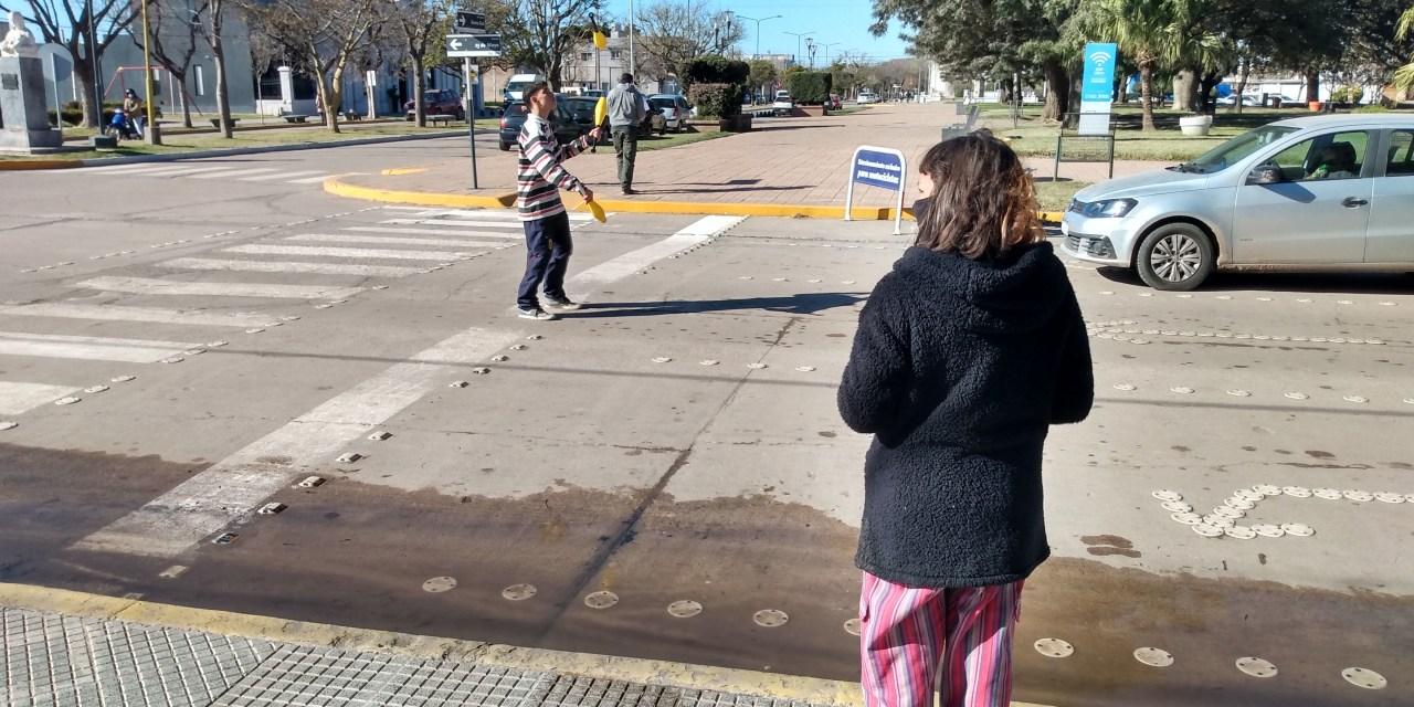 De Bs.As. a Cabrera – Gonzalo y Julia hacen malabares en el semáforo céntrico