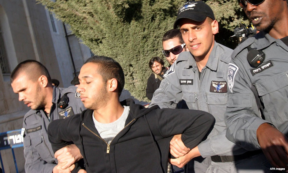 Israeli-soldiers-taking-palestinian-prisoner