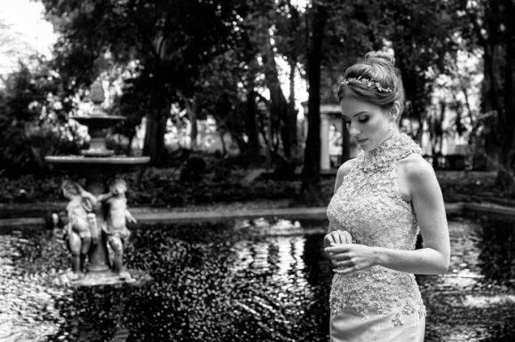 foto editorial com noiva posando e olhando para suas mãos no iate clube de santos em são paulo