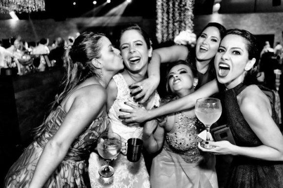 Noiva e amigas se divertindo e posando pra foto na festa de casamento