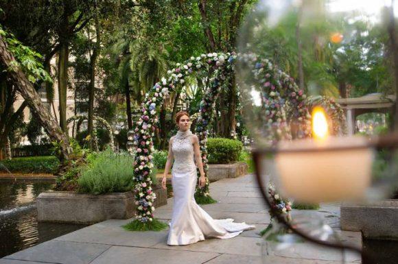 foto espontânea da noiva caminhando no iate clube de santos em são paulo