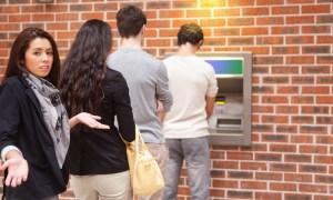 ongeduldige mensen in de rij bij de bank