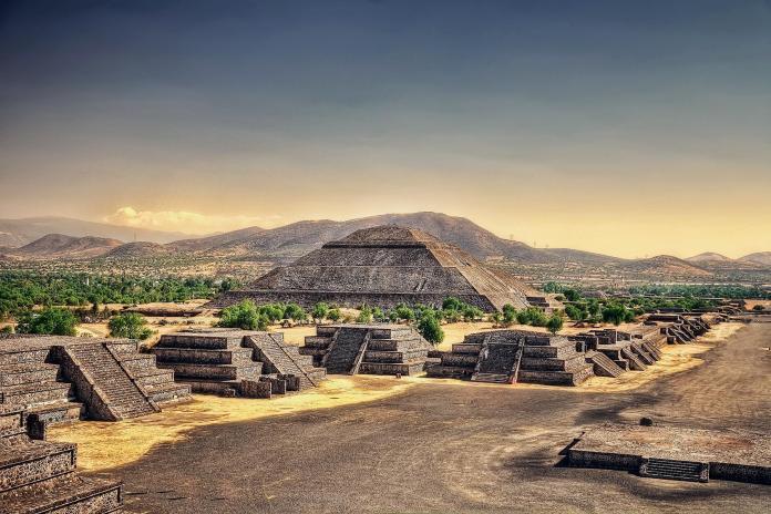 01_MexicoCityDayTrips__PryamidsOfTeotihuacan_shutterstock_721234558