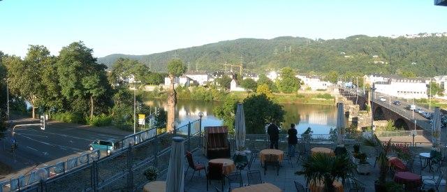 Blick vom Hotel Constantin auf Mosel und Trier