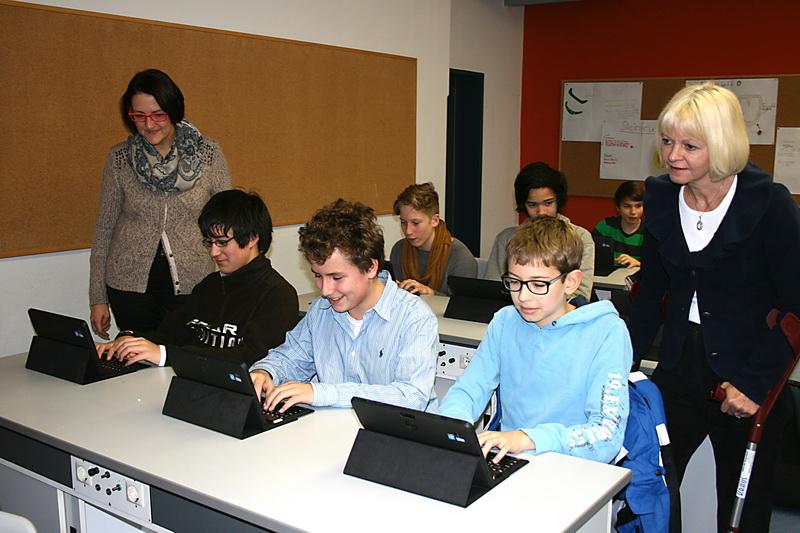 1. Vorsitzende Elisabeth Krauth und OStDin Hannelore Alt mit Schülern bei der Erprobung des Tablet-PCs