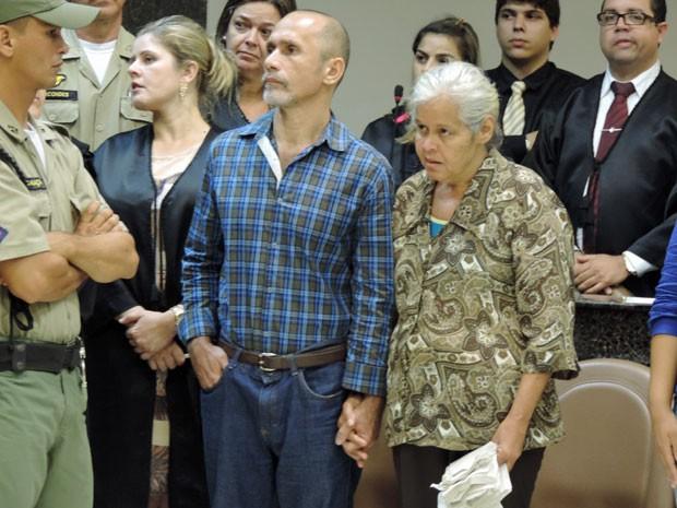 Jorge e Isabel ficaram de mãos dadas enquanto escutavam a sentença (Foto: Anna Tiago/G1)