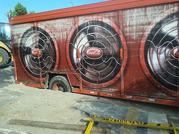 Caminhão-ficou-com-uma-das-rodas-dentro-do-buraco