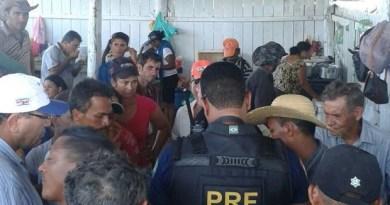 Agentes da PRF negociam a liberação da rodovia. (Foto: Divulgação/PRF)
