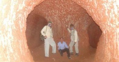 Pesquisadores dentro da paleotoca, labirinto cavado por animais como preguiças e tatus gigantes - Divulgação