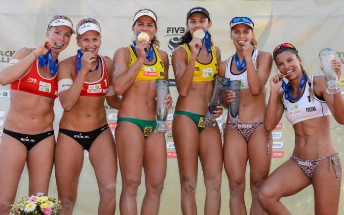 Neste sábado (29), a parceria brasileira chegou ao título ao vencer duas duplas da Holanda. Foto: Divulgação/ FIVB