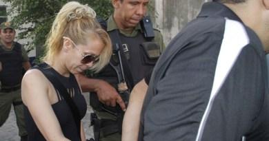 Cantora ao chegar na delegacia. Foto: Elivaldo Pamplona (O Liberal)
