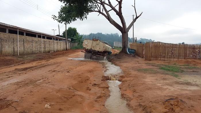 Caminhão teve que jogar agua para poder sair do atoleiro