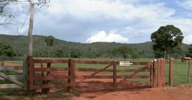 Porteira tem placa informando a proibição da entrada (Foto: Reprodução/ TVCA)
