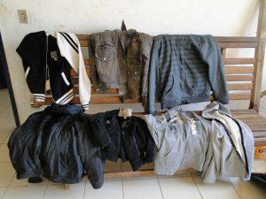 Jaquetas apreendidas pela policia na residência dos presos.