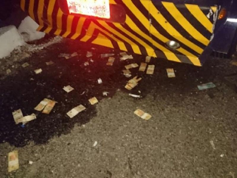 Na fuga, o grupo deixou cair maços de dinheiro que ficaram espalhados pela rodovia (Foto: Divulgação / Sindicato dos Vigilantes)