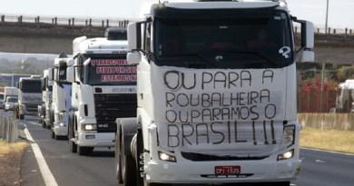 SP - PROTESTO/AUMENTO/IMPOSTOS - GERAL - Protesto dos caminhoneiros contra o aumento dos impostos sobre os combustíveis e contra o   aumento de pedágios na Rodovia Anhanguera, altura de Ribeirão Preto, nesta terça-feira.    01/08/2017 - Foto: FERNANDO CALZZANI/PHOTOPRESS/ESTADÃO CONTEÚDO