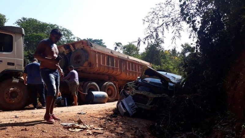 (Foto: Carro de passeio colidiu com uma caçamba Credito O Giro Portal)