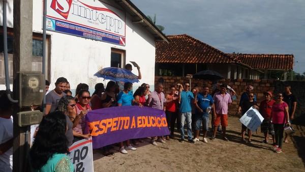 Cerca de 80 profissionais da educação manifestaram nesta quinta-feira (31) para cobrar salários atrasados em Aveiro — Foto: Sintepp/Divulgação