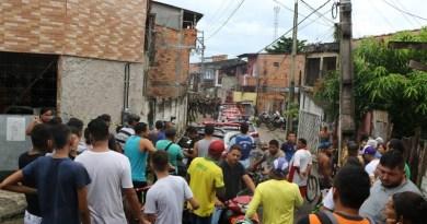 Diversas famílias choram próximo ao local do crime (Cláudio Pinheiro / O Liberal)