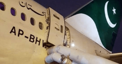 mulher erra porta de aeronave