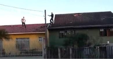 policial em cima telhado