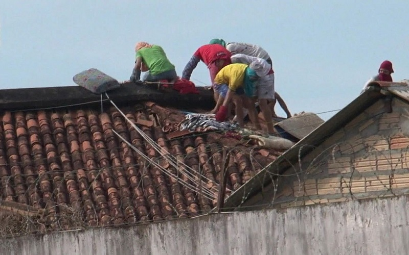Presos caminham sobre telhado em presídio de Altamira, no Pará, durante massacre que deixou 57 mortos — Foto: Reprodução/TV Globo
