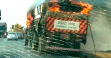 carreta pega fogo
