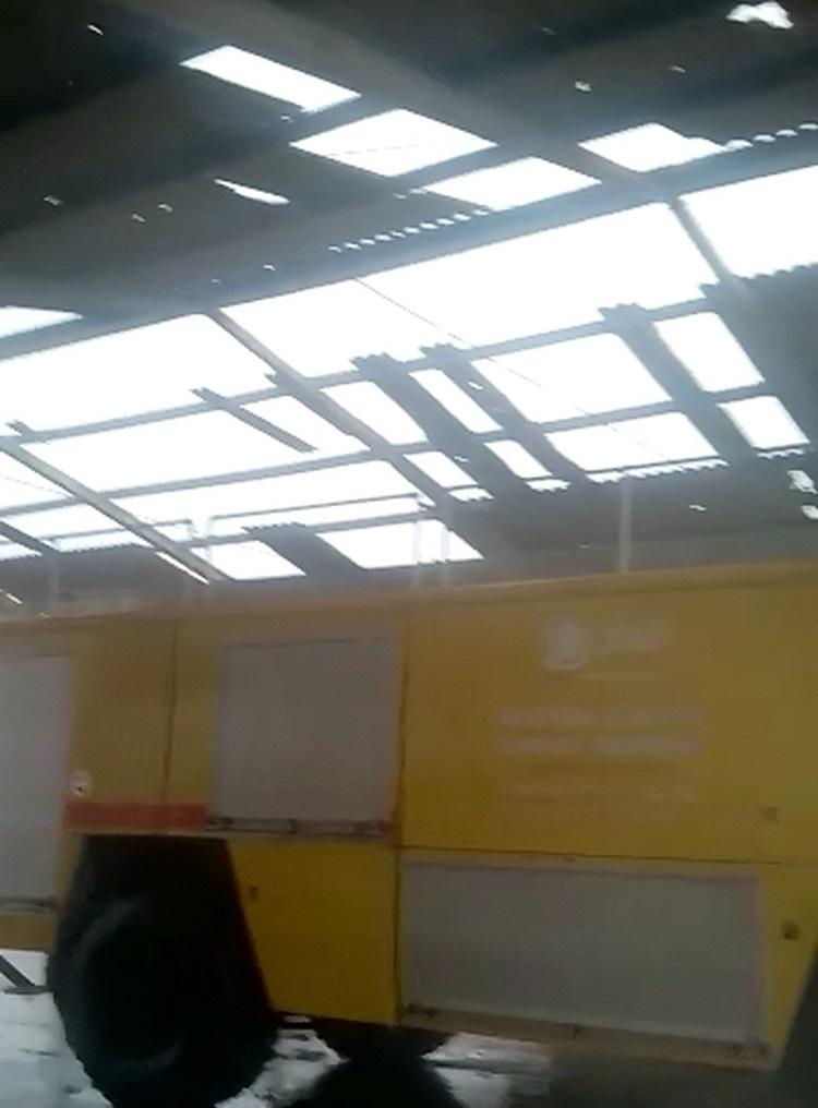 Telhado de barracão ficou destruído após chuva forte em Sinop (MT) — Foto: Reprodução/TVCA