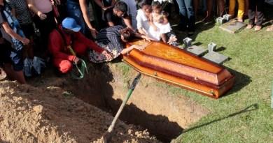 Marituba, Pará, Brasil, Caderno Polícia- Sepultamento da jovem que estava desaparecida e foi  encontrada morta em Marituba. 13/01/2020 Fotos: Celso rodrigues/ Diário do Pará.