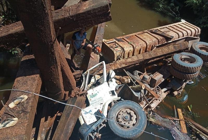 Imagens feitas por celular registraram o veículo caído.(Foto:Reprodução)