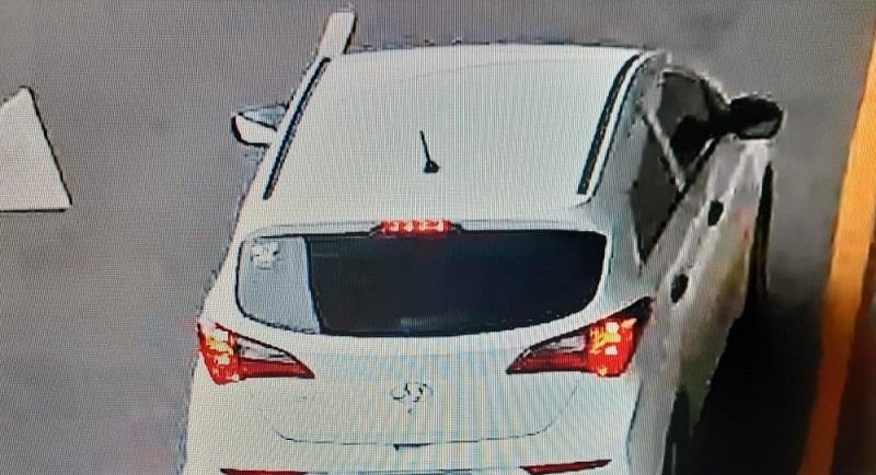 Grupo foge em carro branco que dava apoio ao assalto do lado de fora do aeroporto. — Foto: Reprodução
