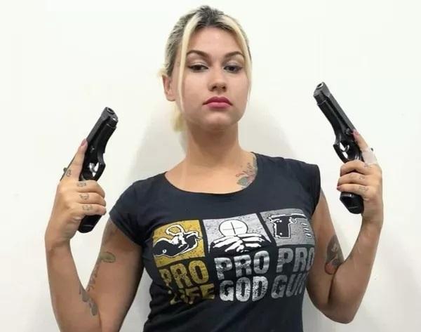 A apoiadora do presidente Jair Bolsonaro Sara Giromini defende o armamento da população e já publicou nas redes sociais fotos com revólveres — Foto: Reprodução/Twitter
