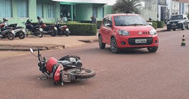 carro bate em uma moto na rodovia